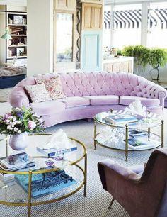 table basse ronde en verre et fer doré, sofa en couleur douce sucrée