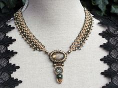 Trinkets Galery - Gold and olive necklace