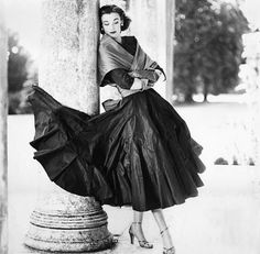 Ŧhe ₵oincidental Ðandy: Through The Lens: The Iconic Glamour of Fashion Photography ~ (Part II: Norman Parkinson, William Klein & Walde Huth) Vintage Glamour, Vintage Beauty, 1950s Style, Moda Vintage, Vintage Mode, Foto Fashion, Fashion History, Vintage Outfits, Vintage Dresses