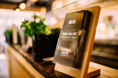 Nicht nur die Speisekarte weist auf ein nachhaltiges Konzept hin, auch das Interior Design ist auf Nachhaltigkeit und Frische ausgelegt. Die Holztheke und die gesamte Innenarchitektur versinnbildlichen ein einheitliches Konzept (Fresh Food Fast).