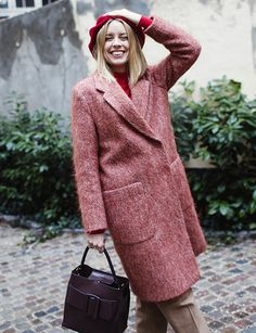 Rose duveteux + rose cerise + camel = le bon mix (manteau Filippa K - photo Hanna Stefansson)