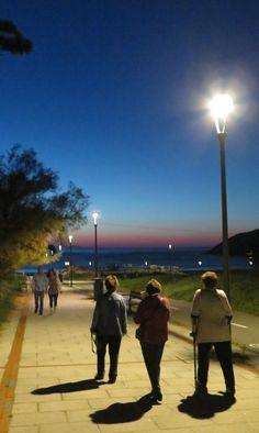 Sombras en el paseo a la playa
