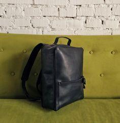 **Plecak z naturalnej skóry czarnego koloru zrobiony ręcznie**.    Na zewnątrz: - jedna kieszeń na suwak wymiarów 23cm * 16cm.     Wewnątrz: - jedna obszerna kieszeń - jedna kieszonka na...