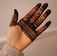 Everyday accessories of hand is increasing.And to fulfill this demand finger mehndi design is best option.Most of the trendy girls love to do finger mehndi designs. Circle Mehndi Designs, Latest Arabic Mehndi Designs, Henna Tattoo Designs Simple, Finger Henna Designs, Back Hand Mehndi Designs, Latest Bridal Mehndi Designs, Mehndi Designs For Beginners, Mehndi Design Photos, Unique Mehndi Designs