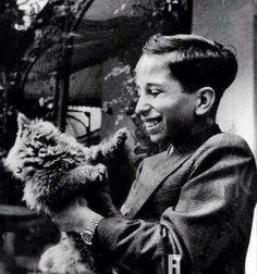 الملك فيصل الثاني ملك العراق وهو يلاعب قطته الصغيرة عام 1946 م