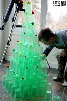 This Christmas cup tower STEM is a great science experiment for kids! One of the simplest experiments for kids to try this holiday season! Christmas Blocks, Christmas Cup, Christmas Math, Preschool Christmas, Christmas Projects, Christmas Nativity, Christmas Activities, Preschool Crafts, Holiday Crafts