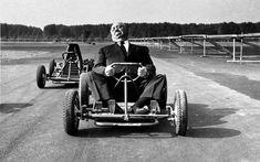 Alfred Hitchcock guida un go-kart in un circuito fuori Milano, 12 ottobre 1960.
