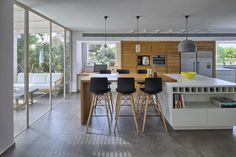 """ו""""אחרי"""". ארונות עץ גבוהים, ארונות לבנים נמוכים ושפע פתחים וחלונות (צילום :עוזי פורת)"""