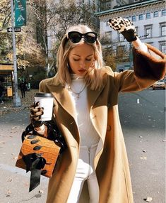 Casual fall street style - white outfit with camel coat and chic accessories Mode Outfits, Fashion Outfits, Fashion Trends, Fashion Clothes, Fashion Ideas, Fashion Hacks, Fashion Tips, Fall Winter Outfits, Autumn Winter Fashion