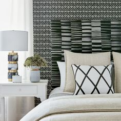 34 Super Ideas for wall paper accent wall bedroom vintage pillows Anna French Wallpaper, New Wallpaper, Wallpaper Headboard, Accent Wall Bedroom, Master Bedroom, Vintage Pillows, Bedroom Vintage, Fashion Room, Fine Furniture
