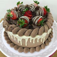 Ei salve esse pin e clique duas vezes. vc vai gostar das 70 receitas de geladinho gourmet que preparamos Cake Decorating Techniques, Cake Decorating Tips, Food Cakes, Cupcake Cakes, Buttercream Cake Designs, Cake Recipes, Dessert Recipes, Novelty Birthday Cakes, Drip Cakes