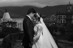 Nayara e Adelson de mãos dadas, com seu lindo vestido de noiva e ao fundo a linda ouro preto