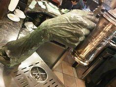 Me gusta el tirador de cerveza de Lorenzo Quinn, en un bar de Girona!