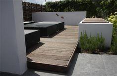 lounge corner. Idee van verhoogd terras naast bestaand terras in hout als lounge corner, afgescheiden eventueel met koi vijvertje ? zijwanden en overdekt met een soort harol Umbris ?
