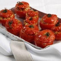 Tomates recheados com arroz e crocantinho de pão