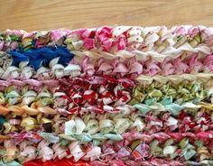 Réalisez un tapis au crochet avec de petites bandelettes de tissu. Ce projet est idéal pour recycler tissu et vieux vêtements, plus besoin de jeter vos chutes de tissu! Tapis fait de bandelettes de tissu – Matériel : des chutes de tissu du fil à coudre une machine à coudre un crochet une grosse aiguille Tapis fait de bandelettes de tissu – Tutoriel : Étape : Réaliser la pelotes de …