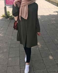 179 meilleurs styles hijab avec jeans pour un dressing chic - page 8 Modern Hijab Fashion, Street Hijab Fashion, Hijab Fashion Inspiration, Islamic Fashion, Muslim Fashion, Modest Fashion, Trendy Fashion, Fashion Trends, Casual Hijab Outfit