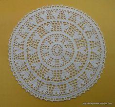 Centrinho de mesa em crochê com desenhos de corações, 40 cm de diâmetro. Linha de excelente qualidade. Disponível em outras cores. R$ 25,00