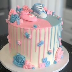 cake and cupcakes, with blue and pink frosting, gender reveal ideas, pink and blue sneakers, cake topper Torta Baby Shower, Baby Shower Cakes Neutral, Gender Party, Baby Gender Reveal Party, Baby Reveal Cakes, Gender Reveal Cakes, Gender Reveal Party Decorations, Cake Decorating Tips, Trendy Baby