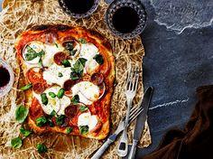 Voitaikinasta syntyy rapea, ilmava ja ennen kaikkea nopea pohja pizzalle. Paista valmis voitaikina puolikypsäksi, levitä päälle lempitäytteesi ja nosta vie