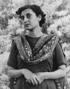 Indira Gandhi - Première Ministre de l'Inde controversée marlgré ses bonnes réformes : http://histoireparlesfemmes.wordpress.com/2013/10/10/indira-gandhi-premiere-ministre-controversee/