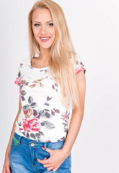 Letné biele dámske tričko s potlačou červených kvetov. Tričko je z pohodlného materiálu, má krátky rukáv a okrúhly výstrih. Modeling, Floral Tops, Women, Fashion, Moda, Modeling Photography, Top Flowers, Fashion Styles, Models