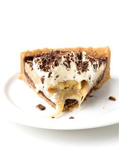 Everyone will LOVE this gorgeous No Bake Banoffee Pie! And it's such an easy dessert to make! Caramel, bananas and whipped cream - there's also a hidden layer of chocolate in the cookie crust! Recipe from sweetestmenu.com #banoffee #pie #dessert #nobake #banana