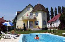 Häuser mit Pool, Ungarn