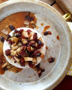 Découvrez 8 idées de garniture pour un brie au four avec des combinaisons originales de fruits, de noix, de fines herbes, de porto, de brandy et même de la bière
