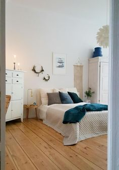 Scandinavian of course: bedroom in the old building with high ceilings, cuddly t… Skandinavisch natürlich: Schlafzimmer im Altbau mit hohen Decken, … – Schlafzimmer ly Wohnklamotte Home Staging, Home Office Design, House Design, Small Home Offices, Cozy Bedroom, New Room, Interior Design Living Room, Room Inspiration, Decoration