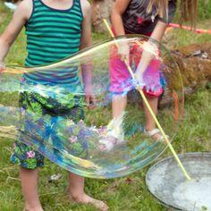 Komm mit auf unsere Kindergeburtstagsparty! Lustige DIY Spiele mit Wasser und Seife, Hippie-Haarbändern und einem Hot-Dog-Buffet für alle. Von johannarundel.de