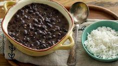 Los frijoles son un platillo que nunca puede faltar en mi mesa. Además, son una buena fuente de proteína. Existen muchos tipos de frijoles pero los frijolitos negros cocinados en la olla son uno de mis platos favoritos. Los puedes acompañar de arroz blanco, comer como una rica sopa, con acelgas y versa, con chorizo o carne de puerco o bien como platillo principal. El día de hoy voy a compartir contigo mi receta especial para hacer frijoles negros de la olla. ¡A cocinar!