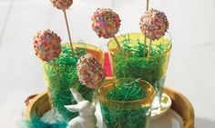 Bunte Cakepops mit einer Füllung aus Mandarinen und Pudding zu Ostern