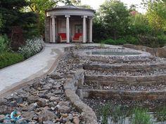 Living Exclusive Showroom; romantischer  Gartenpavillion und Wasserspiele. Einen hauch Italien mit ein römischer Pavillon, die Wassertreppe zu Füßen.