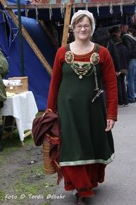 Vikingdrakter, handsaumteknikkar med Astri Bryde Vikings, Tunic Tops, Textiles, Women, Fashion, Velvet, The Vikings, Moda, Fashion Styles
