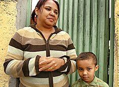 Alckmin corta distribuição de leite para 37 mil crianças   Mãe e filho falam de corte no programa do leite