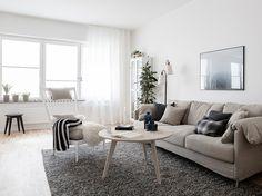 生成りのソファーや白木の家具など、ナチュラルなインテリアには、天然素材のカーテンが似合います。