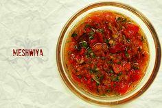 Meshwiya :  Salsa o relish de tomate que proviene de países del Norte de África. Perfecta para acompañar el cordero asado con especias o unas chuletas de cordero a la parrilla. O... simplemente sobre una baguette abierta por la mitad y bien pasada por la plancha.