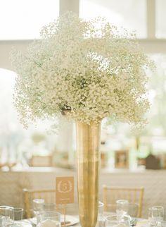 Un sencillo pero impresionante centro de mesa en blanco y dorado
