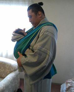 Japanese Sumo Wrestler Hōmashō Noriyuki Babywearing with a Didymos Woven Wrap THIS MAKES ME SOOOO HAPPY!