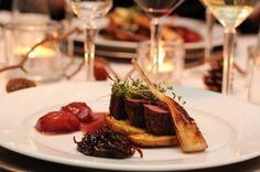 Reinsdyrfilet med plommer, glasert persillerot, rødløkskompott og rødvinsaus