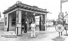 A Standard Oil Station and a Young Motorcyclist Vintage Cars, Vintage Auto, Vintage Stuff, Vintage Photos, American Industrial Revolution, Classic Motors, Classic Cars, Pompe A Essence, Old Gas Pumps