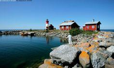 Strömmingsbådanilla - Strömmingsbåda saari majakka majakkasaari Merenkurkku aallonmurtaja laituri satama venesatama kivi kivet ulkomeri Kvarken kesä veneily puuvene moottorivene punamulta merimaisema
