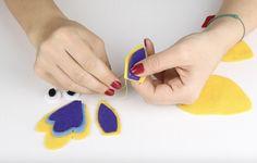 Nähen für Anfänger - Osterdekoration Nähanleitung - DIY - Für Ostern nähen Kinder diese tierischen Eierwärmer. Gratis Vorlage zum Ausdrucken mit Nähanleitung und Nähvideo. Einfach für Anfänger zu nähen #nähen #ostern #freebook #nähenmitkindern Plastic Cutting Board, Kid Sewing Projects, Hand Sewn, Threading, Templates