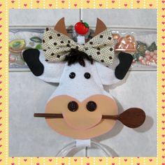 Passo a Passo porta pano de prato com Vaquinha de EVA Felt Crafts, Diy Crafts, Jack Daniels Bottle, Sewing Projects, Projects To Try, Pinterest Crafts, Cow Art, Animal Cards, Felt Ornaments