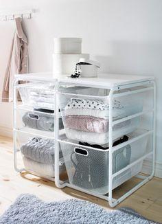 ALGOT Rahmen mit 2 Netzdrahtkörben und Deckplatte in Weiß, KVARNVIK Schachteln in Weiß und LUDDE Schaffell in Grau