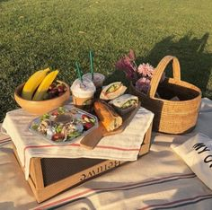 Beach Picnic, Summer Picnic, Picnic Date Food, Picnic Theme, Picnic Tables, Brunch, Date Recipes, Aesthetic Food, Cute Food