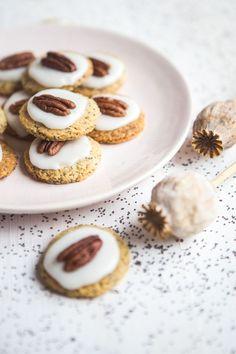 Křehké makové sušenky s polevou a pekanovým ořechem