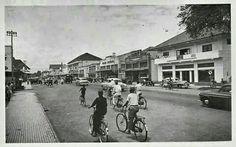 De Bodjongweg te Semarang circa 1950. Dutch East Indies, Javanese, Semarang, Old City, Surabaya, Vintage Posters, Cities, Street View, History