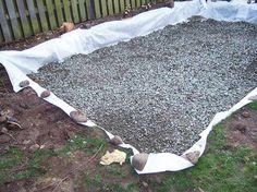 Sådan bygger du et drivhus af genbrugsmaterialer | idényt Picnic Blanket, Outdoor Blanket, Greenhouse Gardening, Outdoor Living, Outdoor Decor, Rustic Lighting, Home Hacks, Go Outside, Stepping Stones
